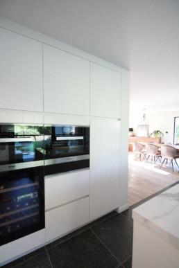 foto van ingebouwde toestellen in op maat gemaakte keukenkasten