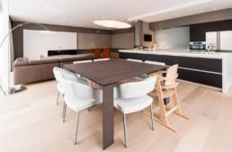 foto van een moderne open living, keuken en eetkamer