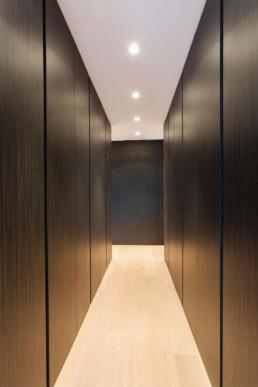 foto van een inloopkast / dressingroom met op maat gemaakte kasten en in het plafond ingewerkte spots