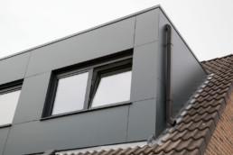 foto van dakuitbouw afgewerkt met zwart Trespa als bekleding