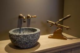 detailfoto van gootsteen in wijnkelder. gootsteen lijkt uitgehakt in steen
