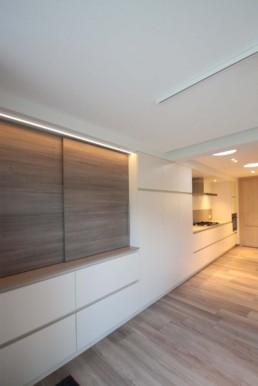 foto met in de achtergrond de keuken met lichttunnels. Vooraan zie je nog extra werkblad ruimte met schuifdeuren die je toelaten om de werkruimte te verbergen.