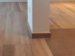 detail foto waar vloer van de living overgaat in de vloer van de keuken