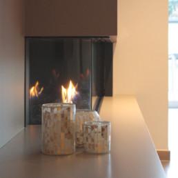 detail foto van sieropenhaar in living met op de voorgrond kaarsen