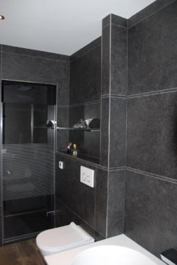foto van de douche en het hangtoilet