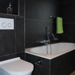 Foto van het hangtoilet en het ligbad.